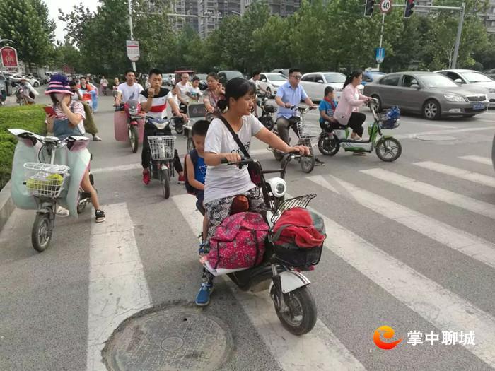 07 7月2日,向阳路口振兴路口的交通乱象。网友:因缘和合.jpg