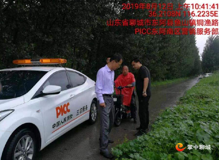 8月12日上午10点41分,中国人民保险工作人员在东阿县鱼山镇勘察农作物受灾情况。.jpg