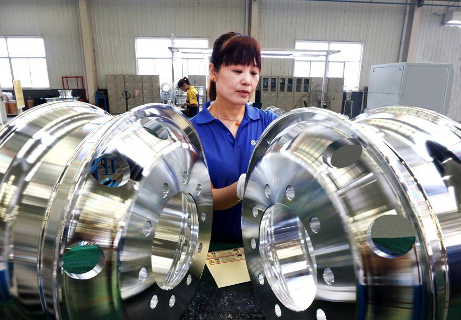 8月2日,山东骏程金属科技有限公司工作人员正在为出口的铝合金车轮贴标签。 山东骏程金属科技有限公司年产200万件锻造铝合金车轮项目是山东省重大项目,项目采用全球最先进的直锻冷旋复合技术,实现了由传统钢轮到高端锻造铝合金车轮的升级转型。企业自主研发高强高韧轻量化新产品填补国内空白,产品直供国外顶级主_副本.jpg