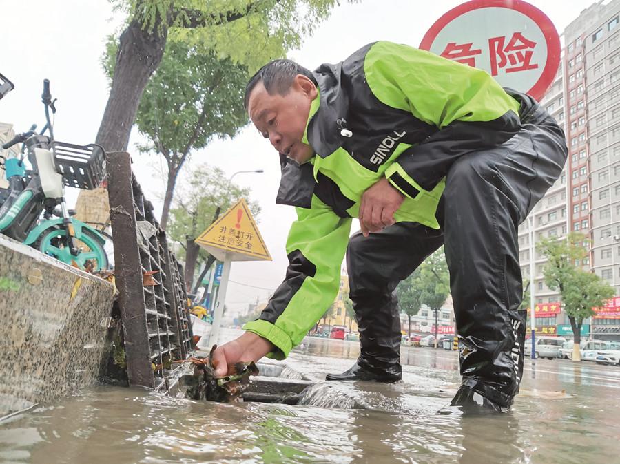 老党员徒手清理杂物加速排水(分离图)81(2025138)-20210926233316.jpg